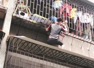 """""""95后""""快递小哥徒手攀爬外墙托举孩童 当时只想着把孩子快点救下来"""