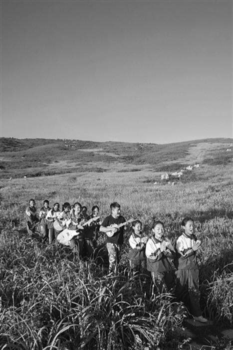 """11个孩子组成两支摇滚乐队 大山深处奏响""""放牛班的春天"""""""
