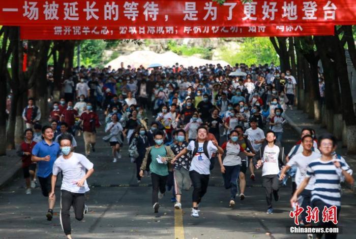 资料图:2020年7月8日,在湖北省宜昌市各考点,考生陆续走出考场。付蓓蓓 摄