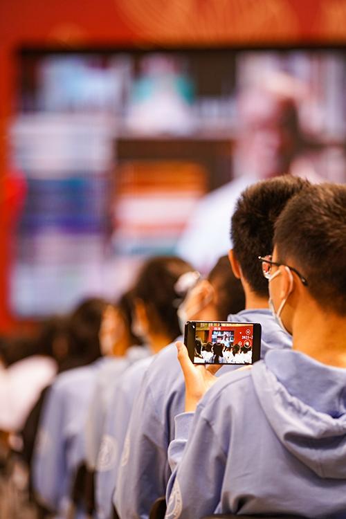 """中国人民大学举办新学年开学典礼 八千多名新生加入""""人大人""""行列"""