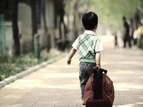 拖不动的超重行李箱 载不尽父母的牵挂 浓浓的爱