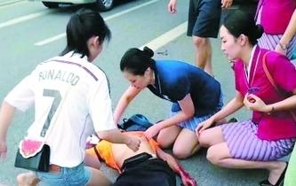 廣州:下班路上遇車禍傷者 空姐跪地搶救半小時