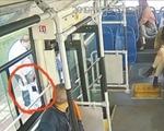 """3岁男童溜出家门坐上公交 被司机和好心乘客及时""""拦截"""""""