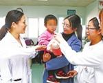 """2岁女童父亲重病母亲去世 11名护士当起""""轮值妈妈"""""""