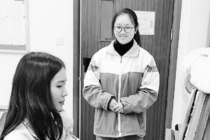 艺术校考进入倒计时 杭州姑娘火车上复习文化课