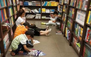 """中小学将开启寒假模式 不少家长用书对付""""出笼神兽"""""""