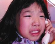 罕见病女孩致电妈妈 春节电话亭内说抱歉