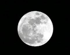 為讓學生在課堂上就能看月升月落 這位科學老師拿著相機到處追月