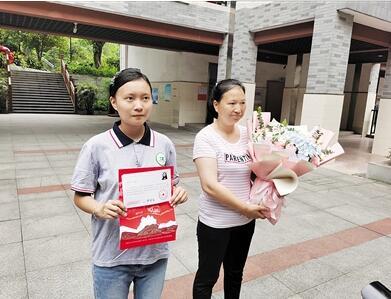 这个女孩领到了重庆市2020高考第一份录取通知书