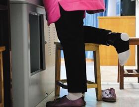 53岁女教师骨折坚持授课 单腿站立 受伤腿搭凳子上