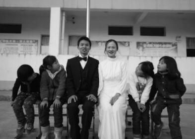 """支教情侣婚纱照:乡村学校里拍出""""最美婚纱照"""""""