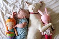 超級治愈係:汪星人和萌娃依偎而睡