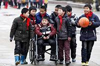 同學就是手足!安徽一男孩患病無法行走 被照顧7年