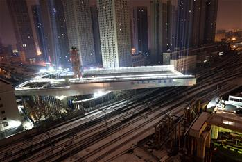 武漢:極不平衡轉體橋轉體成功